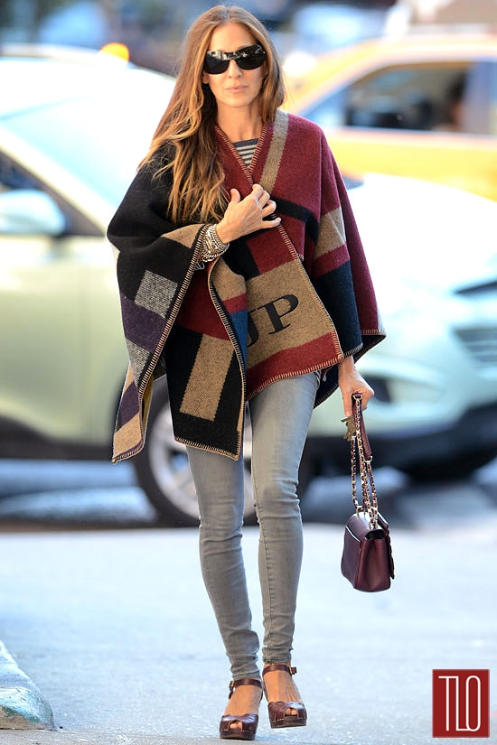 Sarah-Jessica-Parker-GOTS-NYC-Burberry-Prorsum-Poncho-Street-Style-Fashion-Tom-Lorenzo-Site-TLO-2